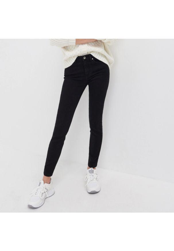 Sinsay - Jeansy regular mid waist - Czarny. Kolor: czarny