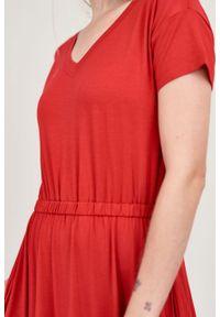 Marie Zélie - Sukienka Selma czerwień chili mikromodal. Typ kołnierza: dekolt w serek. Kolor: czerwony. Materiał: wiskoza, dzianina, elastan, włókno, skóra. Długość: midi