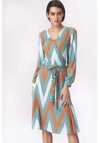 Nife - Rozkloszowana Wzorzysta Sukienka z Kopertowym Dekoltem. Materiał: wiskoza, poliester, elastan. Typ sukienki: kopertowe