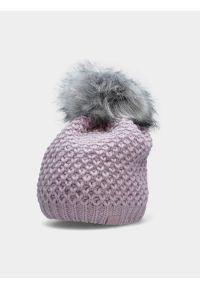 4f - Czapka zimowa z opaską polarową damska. Kolor: fioletowy. Materiał: polar. Wzór: ze splotem. Sezon: zima