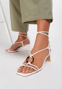 Renee - Białe Sandały Allurenna. Nosek buta: okrągły. Kolor: biały. Wzór: aplikacja. Obcas: na obcasie. Styl: wizytowy. Wysokość obcasa: niski