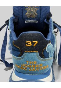 THE MARC JACOBS - Niebieskie sneakersy The Jogger. Okazja: na co dzień. Nosek buta: okrągły. Kolor: niebieski. Materiał: tkanina, jeans, guma. Wzór: haft. Sezon: lato