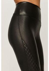 Spanx - Legginsy. Stan: podwyższony. Kolor: czarny. Materiał: elastan, skóra, dzianina, nylon. Wzór: gładki #2