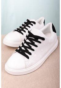 Białe buty sportowe Casu w ażurowe wzory