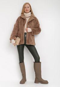 Born2be - Brązowa Kurtka Borphine. Typ kołnierza: golf. Kolor: brązowy. Materiał: jeans, futro, materiał
