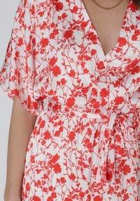 Born2be - Biało-Czerwona Sukienka Evithanea. Kolor: biały. Materiał: tkanina, materiał. Wzór: nadruk. Typ sukienki: kopertowe. Długość: midi