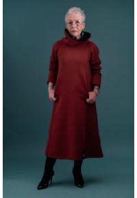 Czerwona sukienka Hultaj Polski z podwójnym kołnierzykiem, w kolorowe wzory