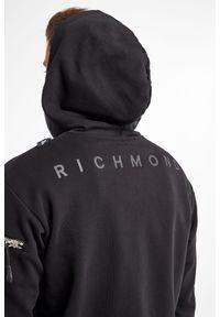John Richmond Sport - BLUZA MOLGER JOHN RICHMOND. Typ kołnierza: kaptur. Długość: długie. Wzór: nadruk