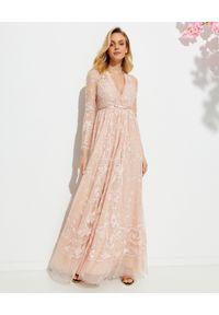 NEEDLE & THREAD - Sukienka maxi Eleanor. Okazja: na ślub cywilny, na wesele, na imprezę. Kolor: wielokolorowy, różowy, fioletowy. Wzór: haft, aplikacja. Długość: maxi