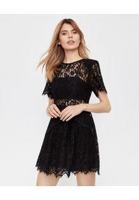 SELF PORTRAIT - Koronkowa sukienka mini. Kolor: czarny. Materiał: koronka. Wzór: koronka, ażurowy. Typ sukienki: rozkloszowane, dopasowane. Styl: wizytowy, retro. Długość: mini