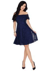 Merribel - Rozkloszowana Granatowa Sukienka z Koronki z Odkrytymi Ramionami. Kolor: niebieski. Materiał: koronka. Wzór: koronka. Typ sukienki: z odkrytymi ramionami