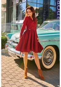 e-margeritka - Elegancka rozkloszowana sukienka z koła bordowa - bordo, m. Okazja: na imprezę. Typ kołnierza: dekolt w kształcie V. Kolor: czerwony. Wzór: kolorowy, aplikacja, jednolity, gładki. Typ sukienki: rozkloszowane, plisowane. Materiał: skóra, elastan, bawełna, materiał. Długość rękawa: długi rękaw. Sezon: zima, jesień. Styl: elegancki. Długość: midi