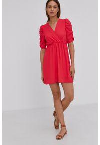 Answear Lab - Sukienka. Kolor: czerwony. Materiał: tkanina. Długość rękawa: krótki rękaw. Wzór: gładki. Typ sukienki: rozkloszowane. Styl: wakacyjny