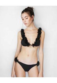 LA REVECHE - Czarny dół od bikini Jamila. Kolor: czarny. Materiał: szyfon, materiał. Wzór: kwiaty, aplikacja