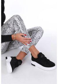 Casu - czarne buty sportowe creepersy z ozdobnym wiązaniem casu 319. Kolor: czarny. Materiał: skóra ekologiczna, materiał. Szerokość cholewki: normalna. Styl: sportowy