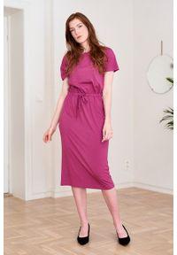 Marie Zélie - Sukienka Elwina jagodowa. Okazja: na co dzień. Kolor: fioletowy. Materiał: wiskoza, dzianina, materiał, elastan, tkanina, guma. Długość rękawa: krótki rękaw. Typ sukienki: proste. Styl: casual