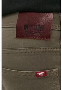 Mustang - Szorty jeansowe. Okazja: na co dzień. Kolor: zielony. Materiał: jeans. Wzór: gładki. Styl: casual
