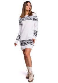 MOE - Biała Prosta Swetrowa Sukienka ze Świątecznym Motywem. Kolor: biały. Materiał: akryl. Typ sukienki: proste. Styl: wizytowy