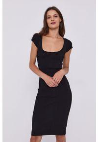 Guess - Sukienka. Kolor: czarny. Materiał: dzianina. Długość rękawa: krótki rękaw. Wzór: gładki. Typ sukienki: dopasowane