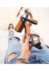 Czarne sandały na słupku SIXTH SENS klasyczne, w kolorowe wzory, ze sprzączką