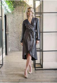 e-margeritka - Sukienka kopertowa połyskująca - 42. Materiał: poliester, materiał. Typ sukienki: kopertowe. Długość: midi