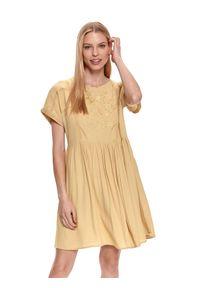 TOP SECRET - Luźna sukienka z kwiatowym haftem. Kolor: żółty. Materiał: dzianina. Długość rękawa: krótki rękaw. Wzór: haft, kwiaty. Sezon: lato. Styl: wakacyjny