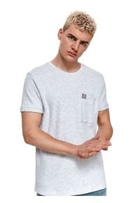 TOP SECRET - T-shirt ze strukturalnej dzianiny. Kolor: szary. Materiał: dzianina. Długość rękawa: krótki rękaw. Długość: krótkie. Wzór: prążki. Sezon: lato