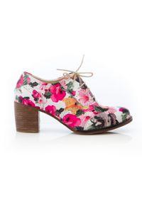 Zapato - sznurowane półbuty na 6 cm słupku - skóra naturalna - model 251 - kolor różowe kwiaty. Kolor: różowy. Materiał: skóra. Wzór: kwiaty. Obcas: na słupku