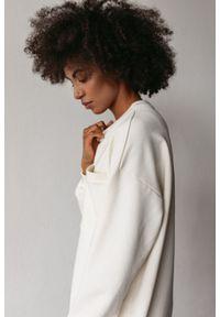 Marsala - Długa bluza o kroju oversize z kieszonką w kolorze CLOUD WHITE - BRESSO BY MARSALA. Okazja: na co dzień. Materiał: bawełna, dresówka, dzianina, jeans. Długość: długie. Wzór: gładki. Styl: sportowy, elegancki, casual