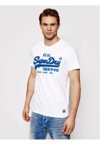 Superdry T-Shirt Vl Chenille Tee M1011005A Biały Regular Fit. Kolor: biały