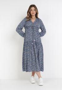 Born2be - Granatowa Sukienka Saphasine. Okazja: na plażę. Kolor: niebieski. Materiał: tkanina, wiskoza. Długość rękawa: długi rękaw. Wzór: kwiaty, aplikacja. Typ sukienki: kopertowe. Długość: midi