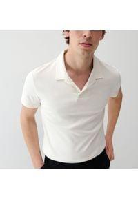 Reserved - Polo w minimalistycznym stylu - Kremowy. Typ kołnierza: polo. Kolor: kremowy