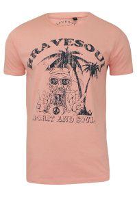 Męska, Różowa Koszulka (T-shirt) - Brave Soul - Hipis pod Palmą. Okazja: na co dzień. Kolor: różowy. Materiał: bawełna. Wzór: nadruk. Styl: casual