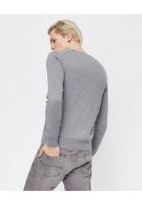 COMME DES GARCONS PLAY - Szary sweter z małym sercem. Typ kołnierza: dekolt w serek. Kolor: szary. Materiał: jeans, bawełna. Styl: elegancki, klasyczny