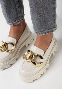 Born2be - Białe Mokasyny Iphyllis. Nosek buta: okrągły. Zapięcie: bez zapięcia. Kolor: biały. Materiał: skóra. Wzór: aplikacja. Obcas: na platformie. Styl: klasyczny
