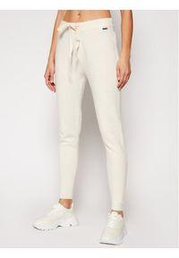 Guess Spodnie materiałowe Tania W0RR10 R2QA0 Beżowy Regular Fit. Kolor: beżowy. Materiał: materiał