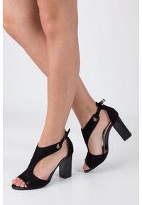 Jezzi - Czarne sandały na obcasie jezzi sa109-5. Okazja: na co dzień. Kolor: czarny. Materiał: skóra ekologiczna, zamsz. Sezon: lato. Obcas: na obcasie. Styl: casual, elegancki. Wysokość obcasa: średni