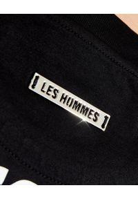 Les Hommes - LES HOMMES - Czarny t-shirt z nadrukiem na plecach. Okazja: na co dzień. Kolor: czarny. Materiał: dresówka, materiał. Wzór: nadruk. Styl: casual