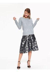 TOP SECRET - Błyszczący sweter z aplikacją. Kolor: szary. Materiał: dzianina. Długość: długie. Wzór: aplikacja
