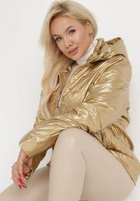 Born2be - Złota Kurtka Flaxae. Typ kołnierza: kołnierzyk stójkowy. Kolekcja: plus size. Kolor: złoty. Materiał: tkanina