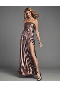 RETROFETE - Metaliczna sukienka maxi Jaden. Typ kołnierza: dekolt gorset. Kolor: różowy, wielokolorowy, fioletowy. Materiał: materiał. Typ sukienki: gorsetowe. Długość: maxi