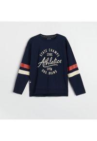Reserved - Bawełniana bluzka z nadrukiem - Granatowy. Kolor: niebieski. Materiał: bawełna. Wzór: nadruk
