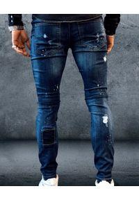 GUNS & TUXEDOS - Niebieskie jeansy z łatami Hooligan. Kolor: niebieski. Wzór: aplikacja