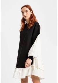 TwinSet - Dwukolorowa luźna sukienka Twinset. Kolor: wielokolorowy, biały, czarny. Materiał: wiskoza, poliamid, elastan. Długość rękawa: długi rękaw. Wzór: kolorowy