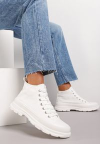 Renee - Białe Trampki Kodro. Wysokość cholewki: przed kolano. Nosek buta: okrągły. Kolor: biały. Materiał: jeans, materiał, guma. Szerokość cholewki: normalna. Wzór: jednolity. Obcas: na obcasie. Wysokość obcasa: średni