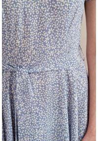 Marie Zélie - Sukienka Alana Vacanza błękitna. Typ kołnierza: kokarda. Kolor: niebieski. Materiał: wiskoza, skóra, materiał. Sezon: lato. Styl: wizytowy, elegancki