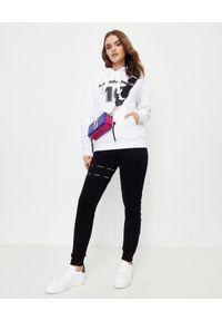 LA MANIA - Biała bluza z kapturem Lassi. Typ kołnierza: kaptur. Kolor: biały. Materiał: dresówka, jeans. Wzór: nadruk. Sezon: lato #2