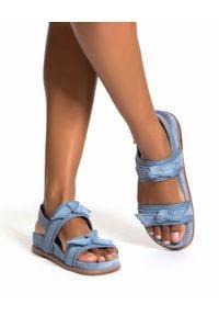 ALEXANDRE BIRMAN - Niebieskie sandały Clarita. Nosek buta: okrągły. Zapięcie: pasek. Kolor: niebieski. Wzór: paski, aplikacja. Sezon: lato. Styl: klasyczny