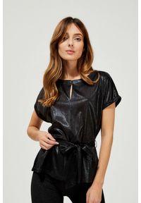 MOODO - Błyszcząca bluzka z wiązaniem. Materiał: bawełna, poliester, elastan. Długość rękawa: krótki rękaw. Długość: krótkie. Wzór: gładki