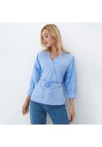 Mohito - Bawełniana bluzka z rozcięciem - Niebieski. Kolor: niebieski. Materiał: bawełna